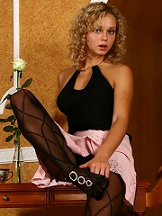 Blondie rubs the nubbin in her patterned tights